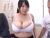 Hot milf Amayoshi Shizuku gives a kinky double blowjob. picture 11