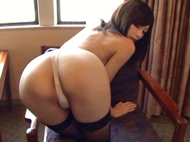 Sexy Japanese AV model shows off her round ass