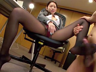 Gorgeous office lady in sexy pantyhose Emiri Okazaki gets foot licked