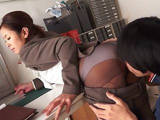Sexy office babe Ruri Jouta gives head in the office