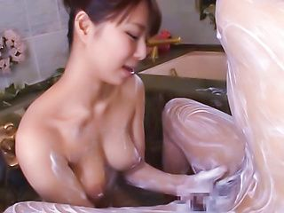 Mikan Kururugi Asian beauty enjoys bath games