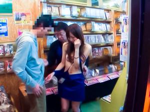 Yuu Asakura Asian model enjoys her sex in public