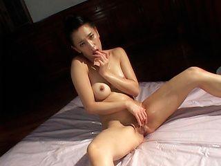 Yumi Shindo Asian mild spreads her legs