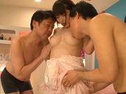 Short-haired angel Minami Aida pleases two guys