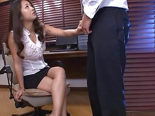 Teasing hottie, Satomy Suzuki, gives amazing handjob