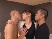 Talented stunner Maki Koizumi makes triple blowjob