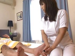 Big butt Japanese masseuse deepthroats her client