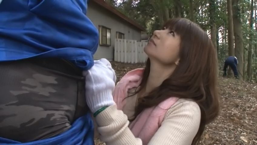 Kinky Japanes mature gives blowjob in outdoors