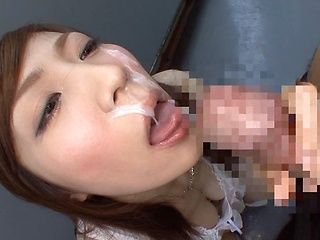 Hot MILF Kimi Hirosue goes outdoors to give a blowjob