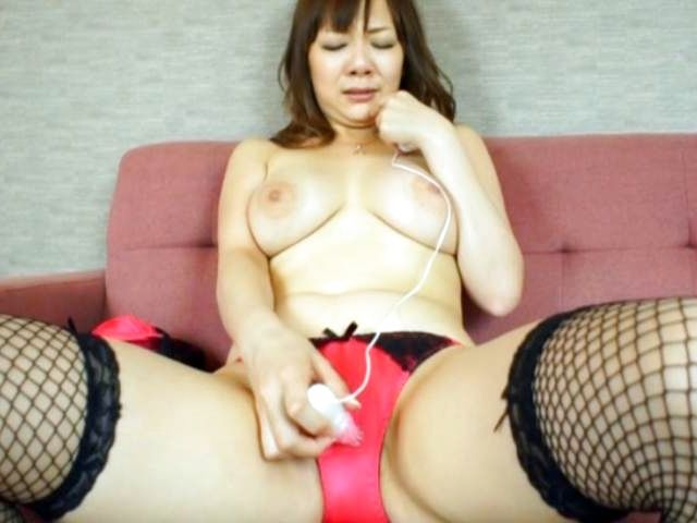 Busty Asian Arisa Araki enjoys massive solo
