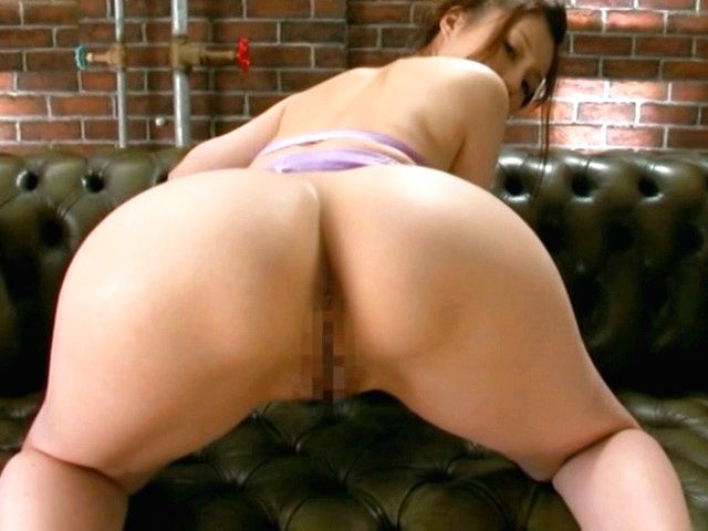 Hot milf with nice ass Yui Tatsumi shows off in close up